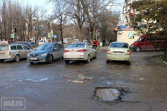Проверка показала потребность ремонта изготовленных в2014-м году дорог Симферополя